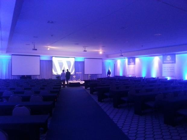 auditório com iluminação azul